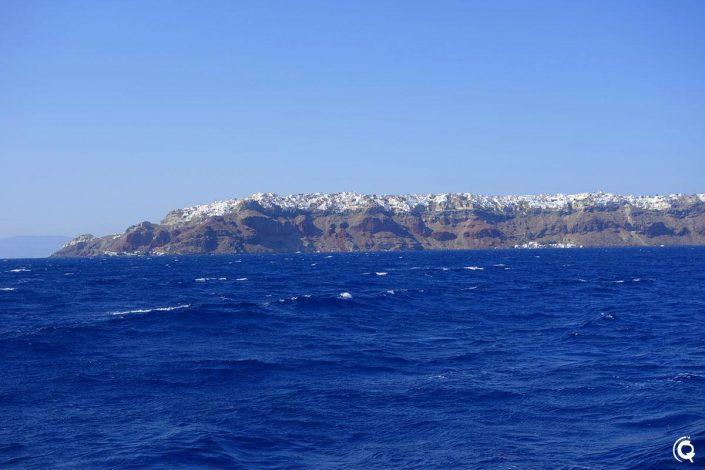 Vue d'Oia depuis le bateau