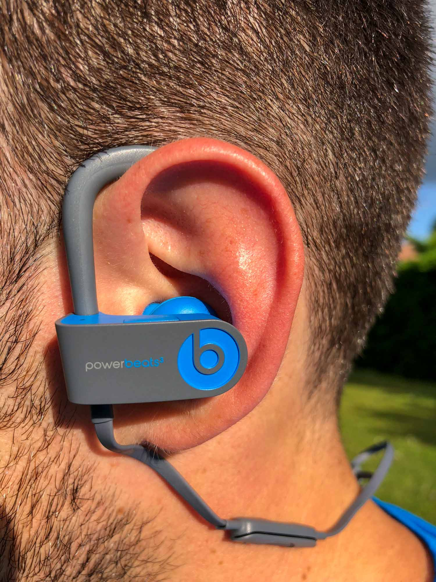 La tenue dans les oreilles des écouteurs Powerbeats3