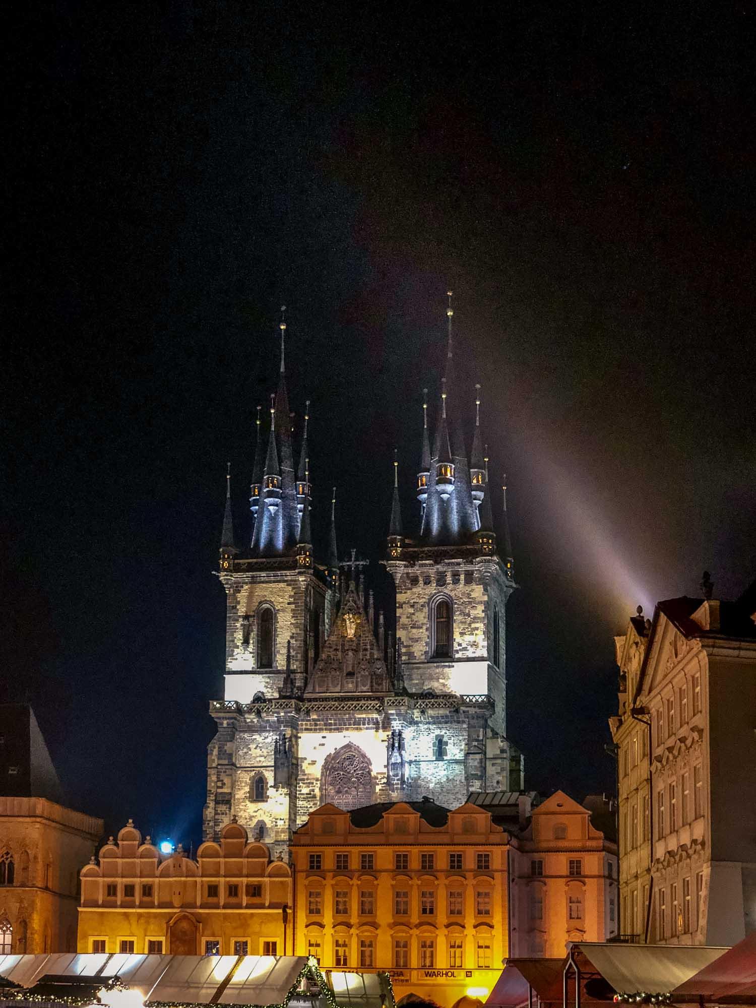 L'église de Notre-Dame du Týn de nuit