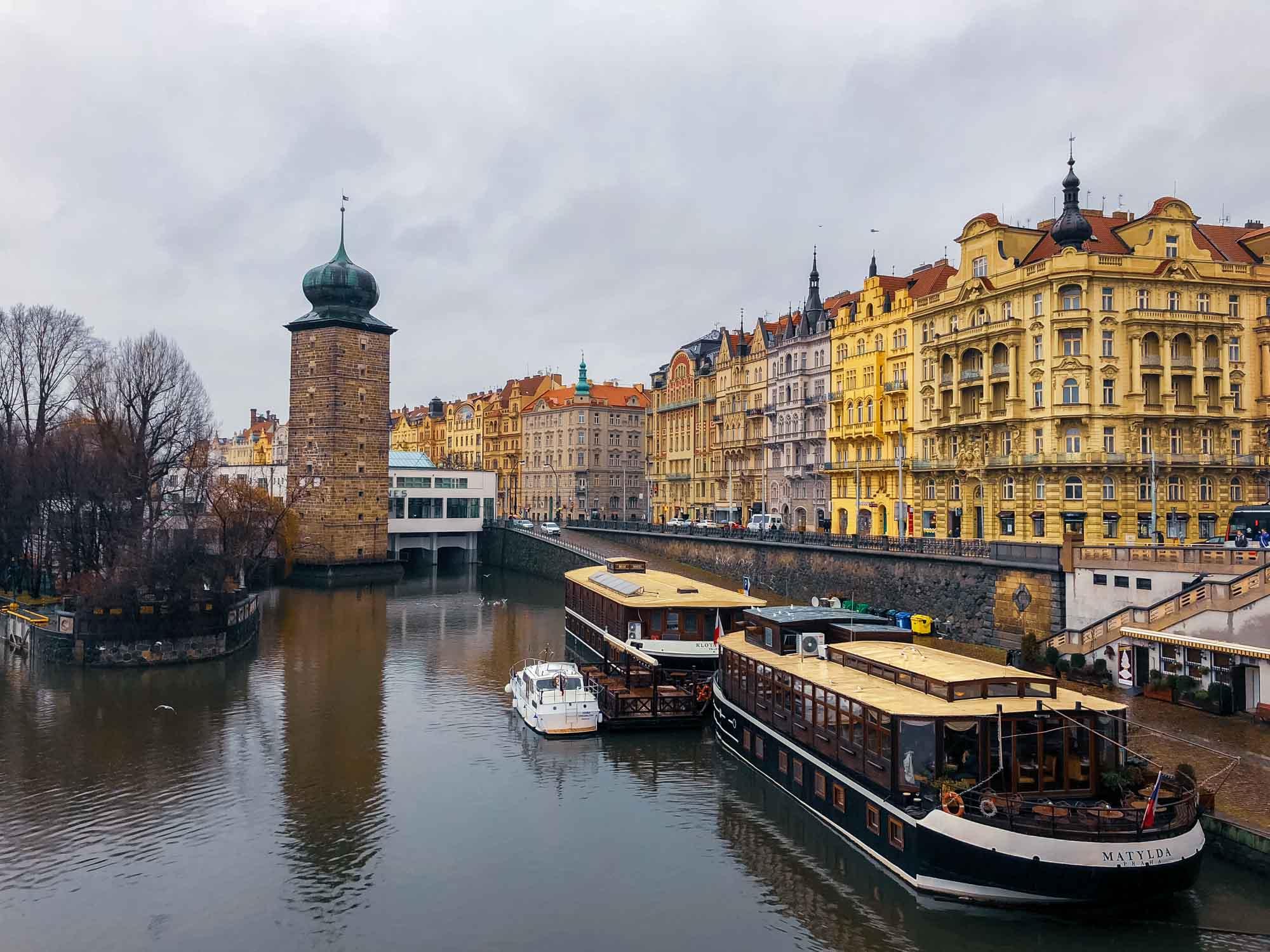 Façades colorées depuis le pont Jiráskův most à Prague
