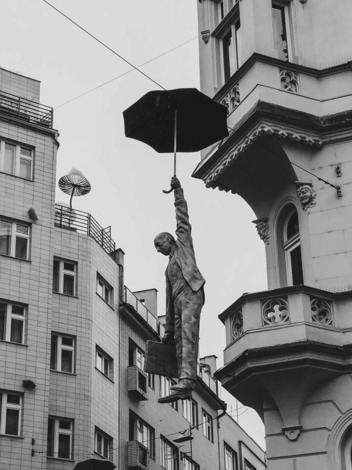 L'homme au parapluie à Prague