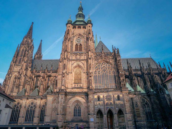 La cathédrale Saint-Guy de Prague vue de côté