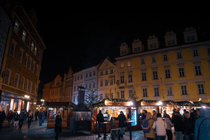 Malé náměstí (la Petite Place) de nuit avec son marché de Noël