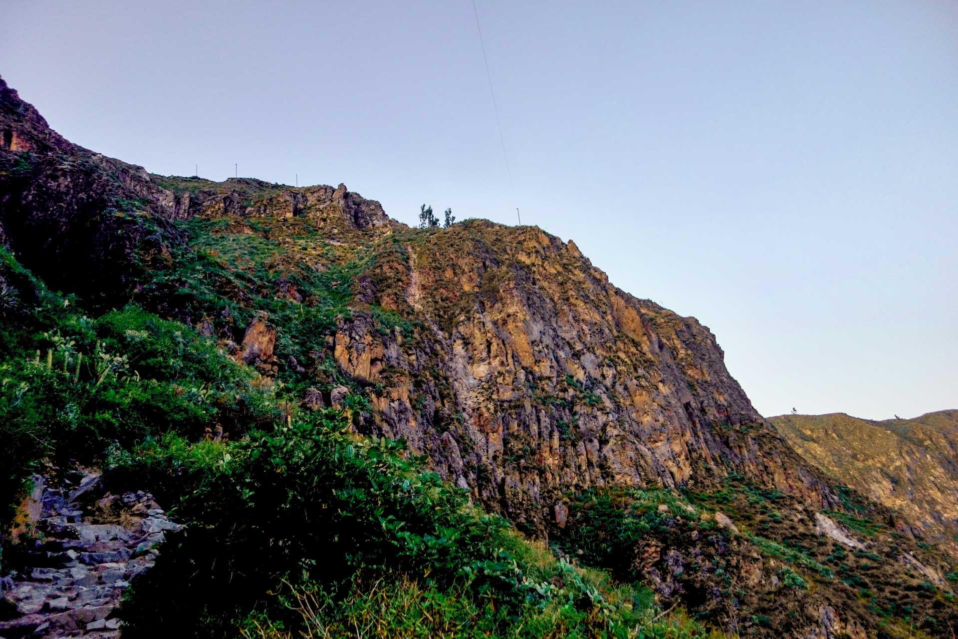Les rayons de soleil commencent à percer à l'intérieur du Canyon de Colca