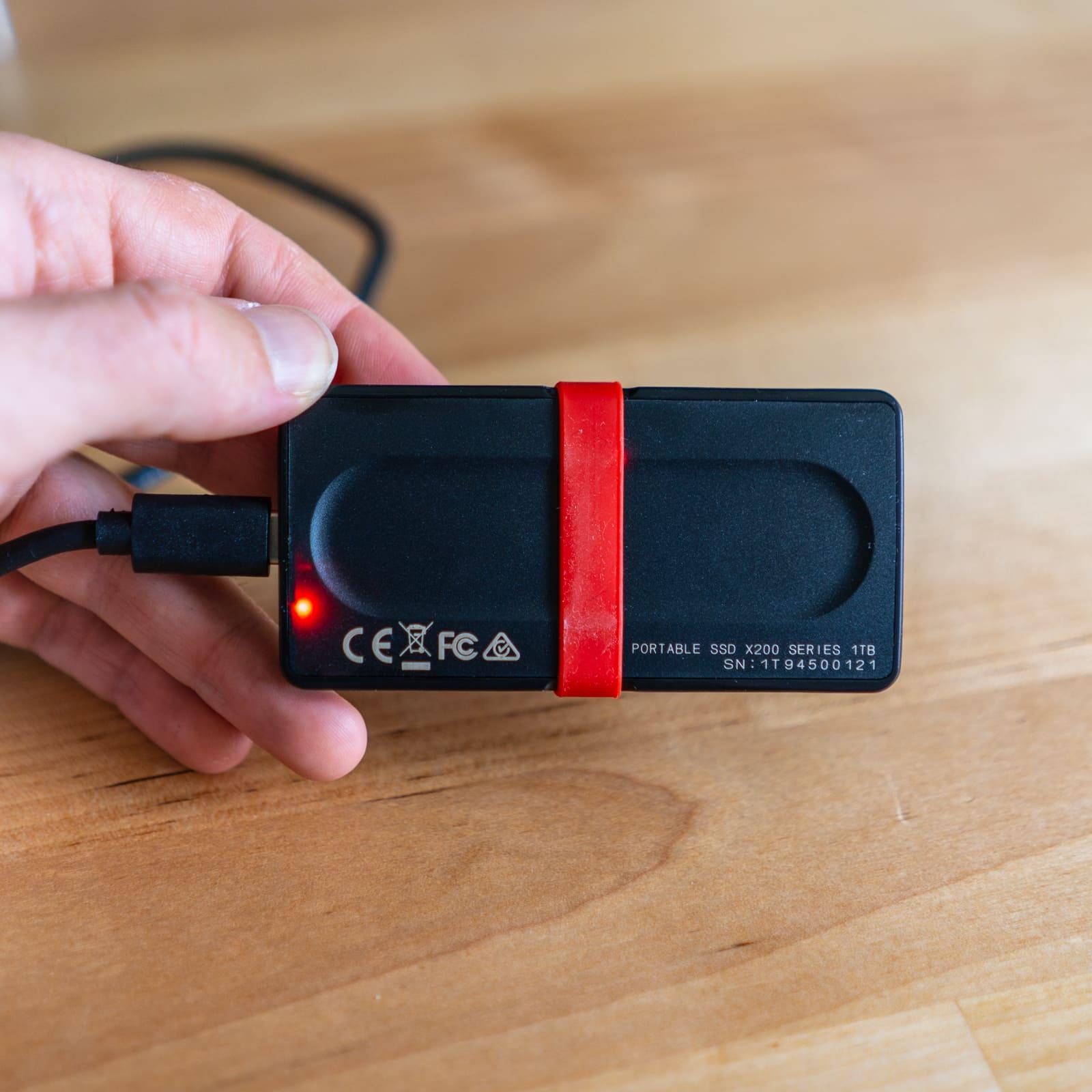 La LED rouge fixe quand le disque est branché et qui clignote lorsque une opération est en cours
