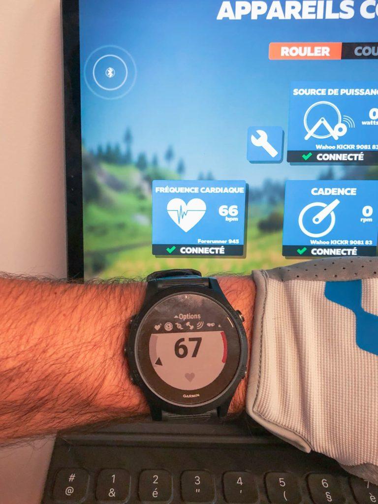 La montre Garmin 945 mesure la fréquence cardiaque au poignet et en même temps la diffuse à Zwift